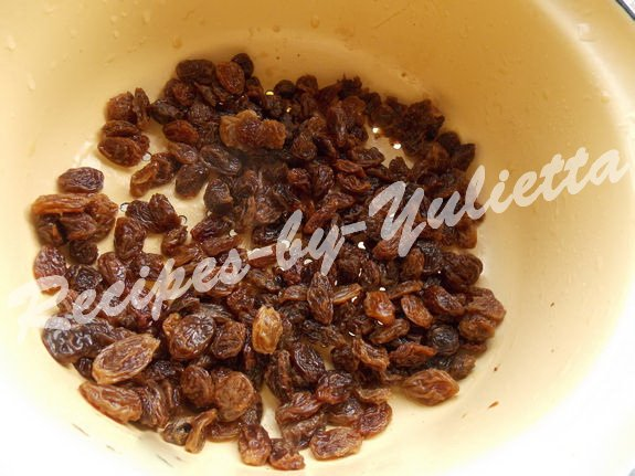 put raisins in a colander